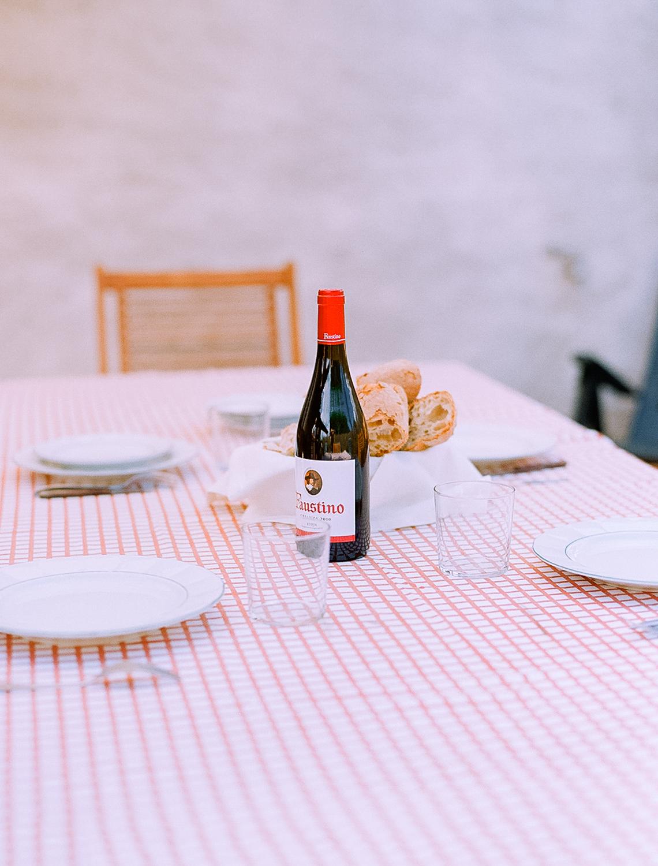 Botella_de_vino_en_la_mesa