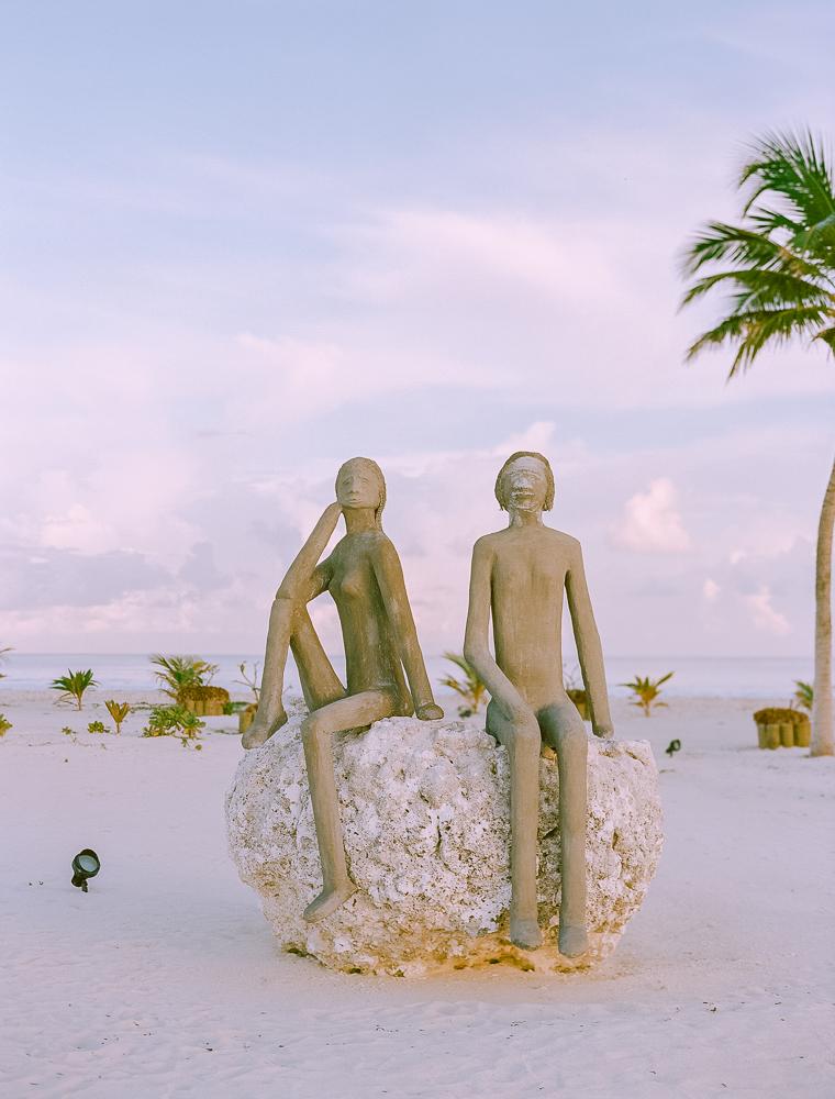 esculturas-en-la-playa-de-maldivas