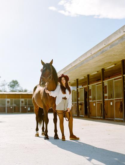 modelo-con-caballo