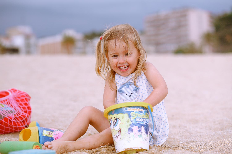 ni_a-jugando-en-la-playa